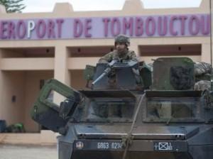 Soldats français devant l'aéroport de Tombouctou, le 28 janvier 2013.REUTERS/Arnaud Roine/ECPAD/Handout