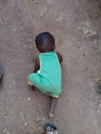 un enfant rampant dans la rue credit photo: Faty